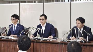 記者会見で説明する、物件所有者側の足立格弁護士(中央)ら=11日午後、東京・霞が関の司法記者クラブ