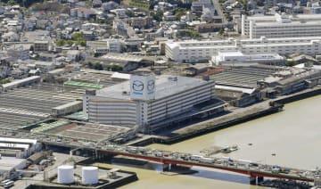 西日本豪雨の影響で休止した広島県のマツダ本社工場=9日