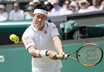 テニスのウィンブルドン選手権、男子シングルス準々決勝でノバク・ジョコビッチと対戦する錦織圭=11日、ロンドン郊外のオールイングランド・クラブ(共同)