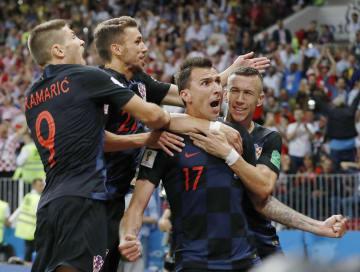 クロアチア―イングランド 延長後半、決勝ゴールを決めたマンジュキッチ(手前右)と喜ぶクロアチアイレブン=モスクワ(共同)