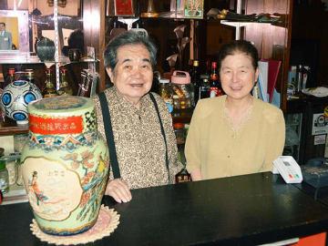 「長く足を運んでくれたお客さんに感謝したい」と話す石渡祥議さんと妻浩子さん=11日午後、岐阜市神室町
