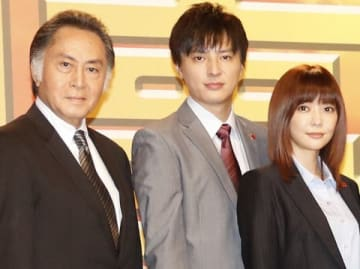 連続ドラマ「刑事7人」の会見に出席した(左から)北大路欣也さん、塚本高史さん、倉科カナさん
