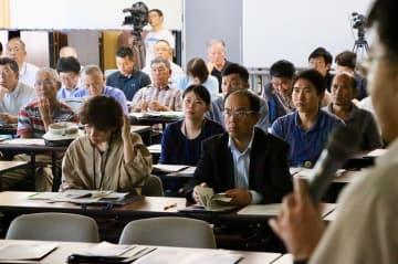 研修会で講師の話に耳を傾けるガイドら=五島市役所