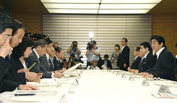 非常災害対策本部の会合で発言する安倍首相(右端)=12日午前、首相官邸
