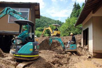 大量の土砂が押し寄せた男性の自宅(9日午前10時10分、舞鶴市城屋)