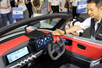 京セラがGLMと開発した展示車。電子ミラーを搭載し、計器類は液晶パネルで表示している(名古屋市・ポートメッセなごや)
