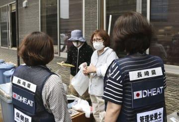 被害を受けた診療所の職員から被害状況を聞くDHEATのメンバー=12日午前、岡山県倉敷市