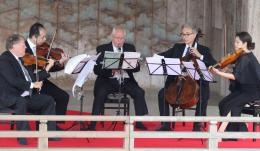 能舞台で演奏する音楽家たち
