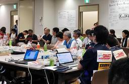 岡山県倉敷市の保健所で開かれたミーティングの様子=10日夜(神戸大医学部付属病院提供)