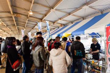 昨年開かれた「鯖サミット」で、サバ料理を提供するブースに並ぶ来場者=千葉県銚子市(全日本さば連合会提供)