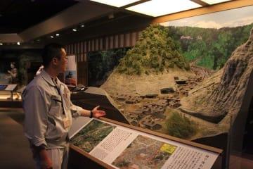 模型などで鉱山の様子を再現している石見銀山世界遺産センターの展示室=島根県大田市
