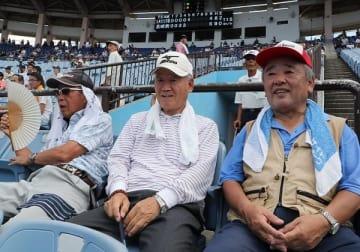 バックネット裏で熱戦を見守る近藤さん(右端)ら高校野球ファン=県営ビッグNスタジアム