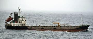 瀬取りをしたとみられる北朝鮮船籍タンカー=東シナ海の公海上(防衛省提供)