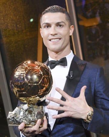2017年の最優秀選手賞「バロンドール」に2年連続で選出されたポルトガル代表のロナルド=2017年12月7日、パリ(AP=共同)