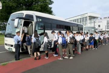 代行バスに乗り込む高校生ら(舞鶴市伊佐津・西舞鶴駅東口)