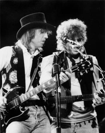 ボブ・ディランさん(右)と演奏するトム・ペティさん(ヘリテージ・オークションズ提供・共同)