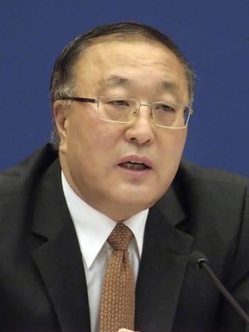 記者会見する中国外務省の張軍次官補=13日、北京(共同)