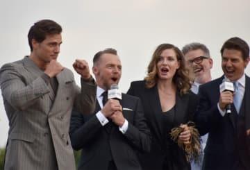 ヘンリーの筋肉に皆大興奮! - 左からヘンリー・カヴィル、サイモン・ペッグ、レベッカ・ファーガソン、クリストファー・マッカリー監督、トム・クルーズ
