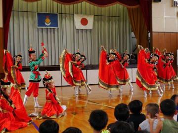 子どもたちの前で民族舞踊を披露する「内モンゴル小鴻燕芸術団」=横浜市立釜利谷東小学校
