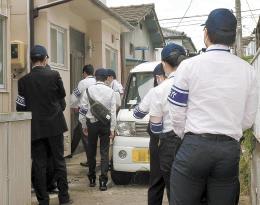 立ち入り検査に入る公安調査庁の職員ら=12日午前11時35分ごろ、仙台市宮城野区(写真は一部加工しています)