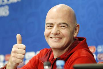 記者会見で笑顔を見せるFIFAのインファンティノ会長=13日、モスクワ(共同)
