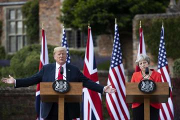 13日、ロンドン郊外の首相別荘で記者会見するトランプ米大統領(左)とメイ英首相(ゲッティ=共同)