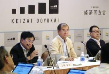 経済同友会の夏季セミナーに出席した小林喜光代表幹事(奥左)=13日、長野県軽井沢町