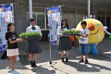 石岡市立東小の6年生に花苗を贈る石岡一高の生徒=石岡市旭台