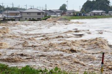 決壊した鬼怒川の堤防。住宅が濁流にのみ込まれた=2015年9月10日午後4時20分、常総市三坂町