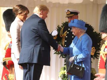 エリザベス女王と握手するトランプ米大統領=13日、ロンドン郊外・ウィンザー城(ロイター=共同)