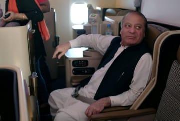 パキスタンに到着した機内のシャリフ元首相=13日、パキスタン・ラホール(ロイター=共同)