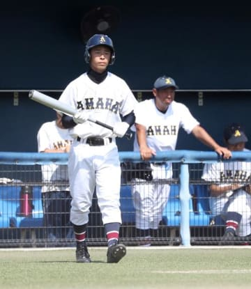 打席に向かう羽根涼平選手(左)と羽根和宏監督=13日、市原市のゼットエーボールパーク