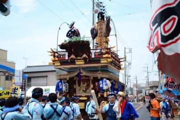 佐原囃子の音色が鳴り響く中、勇壮な山車が市中心部を巡行した=13日、香取市佐原イ