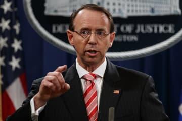 ロシア情報当局者らの起訴について記者会見するローゼンスタイン司法副長官=13日、ワシントン(AP=共同)