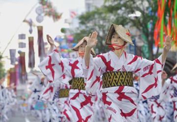 風に揺れる七夕飾りの下を踊り手の隊列が進んだ八戸小唄流し踊り=13日午後5時39分、八戸市三日町