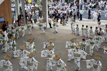 八戸まちなか広場「マチニワ」での輪踊りで、踊り手たちは円を描き優雅に舞った