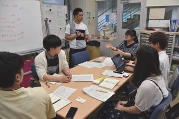 西日本豪雨災害支援の募金活動について打ち合わせする学生たち