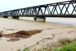 7日の加古川の様子。JR神戸線の橋梁の橋桁まで水が迫った=加古川市米田町船頭