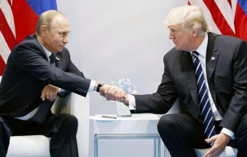 2017年7月、ドイツ・ハンブルクでの会談で握手するトランプ米大統領(右)とロシアのプーチン大統領(AP=共同)