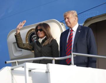 13日、英北部スコットランドの空港に専用機で到着したトランプ米大統領とメラニア夫人(AP=共同)