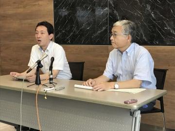 取材に応じる支援弁護団の浜野泰嘉事務局長(左)=14日、福島市