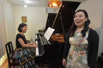 リサイタルを開催するソプラノ歌手の川上茉梨絵さん(右)とピアニストの小菅綾さん=ひたちなか市勝田本町