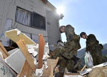 強い日差しの中、土砂崩れ現場を捜索する自衛隊員=14日午前8時54分、広島県熊野町
