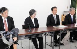 学校設置者の変更について説明する須磨学園の西泰子理事長(左から2人目)=14日午後、神戸市中央区北長狭通4