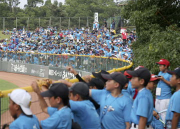 プロ野球のオールスター第2戦の観戦に招待された、地元の少年野球チームの子どもたち=14日、熊本市のリブワーク藤崎台球場