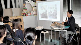 七夕飾りに雑紙を使う泉区根白石地区の祭りを紹介した講座。部員たちは作品のアイデアを膨らませた