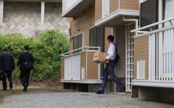 県内の久保木容疑者の関係先から押収品を運び出す県警捜査員=12日昼ごろ