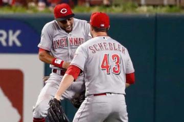 本塁打キャッチを見せたレッズのビリー・ハミルトン(左)【写真:AP】