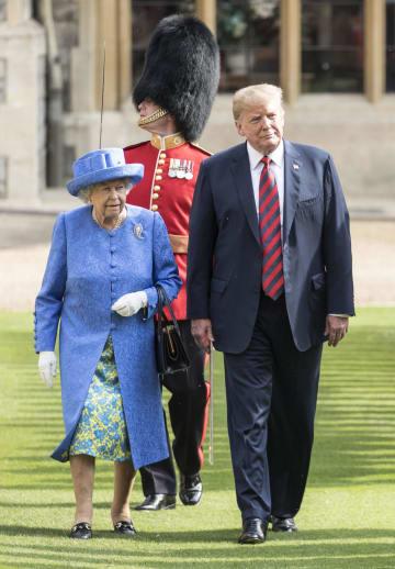 13日、ロンドン郊外のウィンザー城でエリザベス英女王(左)と歩くトランプ米大統領(ゲッティ=共同)