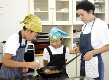 地元の食材を使った料理に挑戦した親子教室